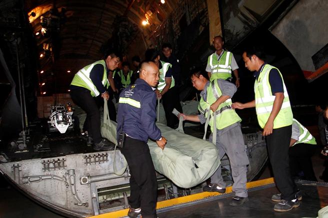 Vận chuyển hàng hóa từ máy bay xuống, chuẩn bị cung cấp cho người dân vùng bão